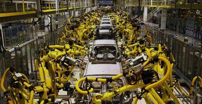 Roboter monterer biler på samlebånd på en Hyundai-fabrikk. Foto.