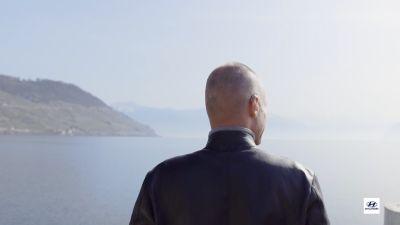 Immagine di Bertrand Piccard che guarda una distesa d'acqua