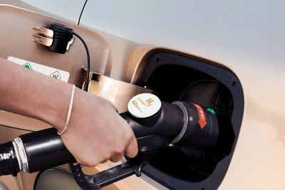 Dettaglio di mano che ricarica Hyundai NEXO a idrogeno