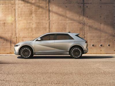 Vue latérale d'une Hyundai en stationnement.