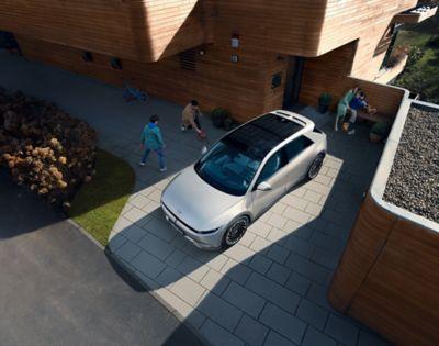 Il profilo dinamico e la silhouette sportiva del crossover 100% elettrico Hyundai IONIQ 5