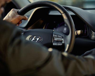 Zoom su mani sul volante di Nuova IONIQ Electric