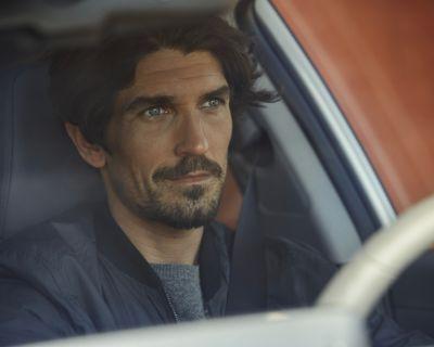Immagine di uomo che guida Nuova IONIQ Hybrid