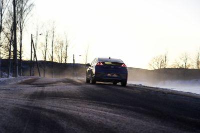 Kona Electric kjørende på en landevei. Foto.