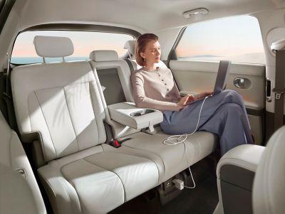 La batteria posizionata in basso e il pavimento appiattito che permettono di ottenere più spazio per le gambe nel SUV Crossover compatto 100% elettrico Hyundai IONIQ 5.