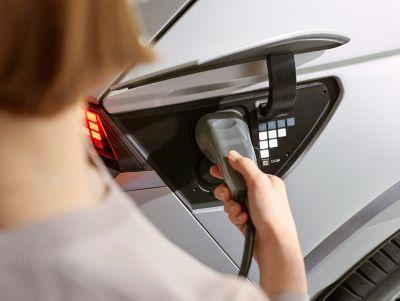 Il SUV compatto elettrico Hyundai IONIQ 5 in carica.