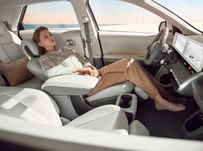 I sedili anteriori interamente elettrici e reclinabili all'interno del SUV crossover 100% elettrico di medie dimensioni  Hyundai IONIQ 5.