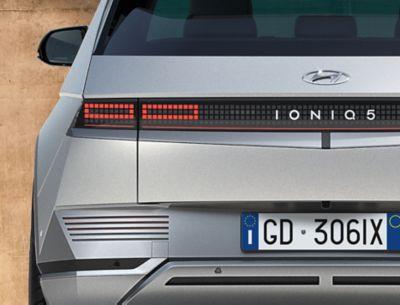 Il SUV Crossover compatto 100% elettrico Hyundai IONIQ 5 mostra i fari posteriori e il design futuristico.