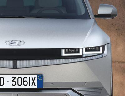 Vista frontale del SUV Crossover compatto 100% elettrico Hyundai IONIQ 5 con gli inconfondibili fari a LED.