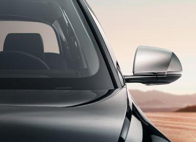 Hyundai IONIQ 5 enPhantomblacky cubiertas del retrovisor en aluminio pulido.