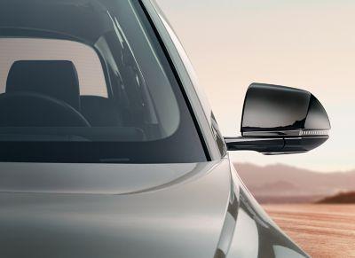 Hyundai IONIQ 5 enGravityGold Mate y cubiertas de retrovisores en color negro.