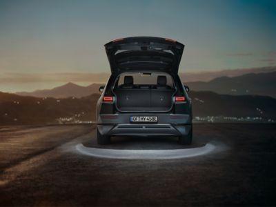 Hyundai IONIQ 5 con luces LED en el maletero y el portón trasero.