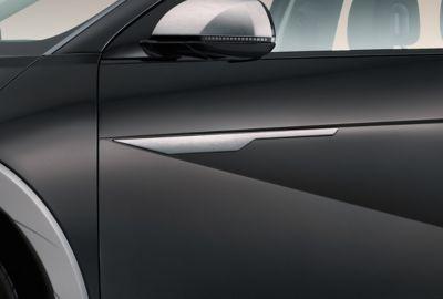 Hyundai IONIQ 5 enPhantomblacky acabado lateral en aluminio pulido.