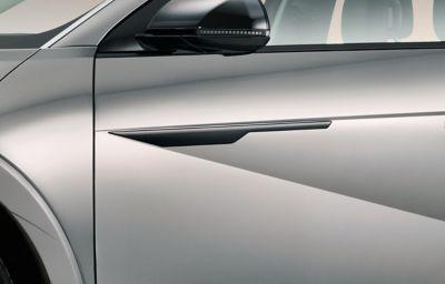 Hyundai IONIQ 5 enGravityGold Mate y acabado lateral en color negro.