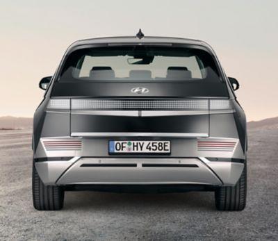 El Hyundai IONIQ 5 en colorPhantomblackcon el acabado del portón trasero en aluminio pulido.