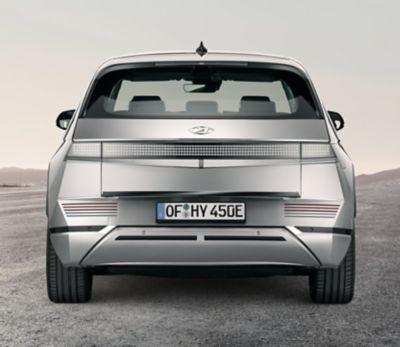 Hyundai IONIQ 5 enGravityGold Mate y acabado del portón trasero en color negro.