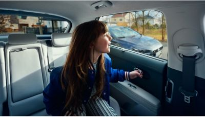 This clever feature prevents accidents by detecting vehicles approaching from behind and temporarily locking the rear child lock doors, so that passengers can only exit the car when it is safe to do so.