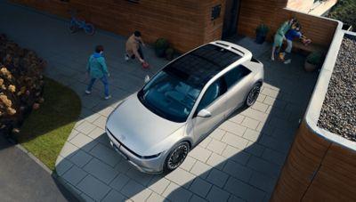 Rearview of the Hyundai IONIQ 5 with its futuristic and pure design.