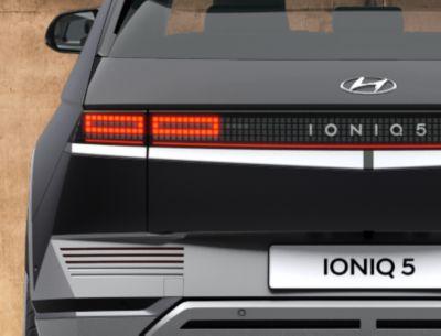 De IONIQ 5 Project 45 elektrische CUV gezien van de achterzijde, met zijn iconische achterlichten.