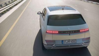 Veilig onderweg in de IONIQ 5 Project 45 elektrische CUV met semi-autonome rijfuncties.
