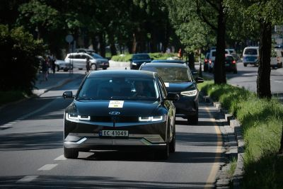Hyundai IONIQ 5 kjører i byen i rekkeviddetesten. Foto.
