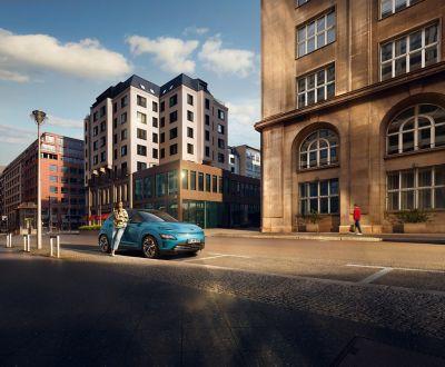 Elbilen KONA Electric parkert i byen. Foto.
