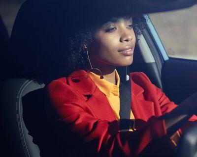 Immagine di ragazza alla guida di KONA Hybrid