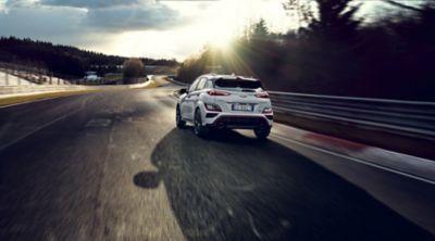 Nuova Hyundai KONA N corre su pista vista da dietro