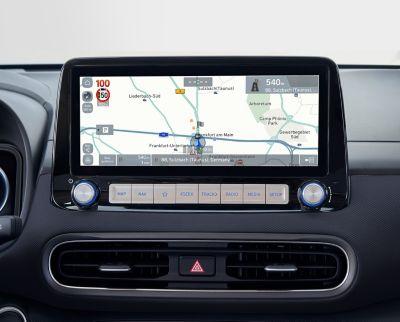"""Immagine dello schermo del sistema di navigazione da 10,25"""" di Nuova Hyundai Kona Electric che mostra le notifiche autovelox."""