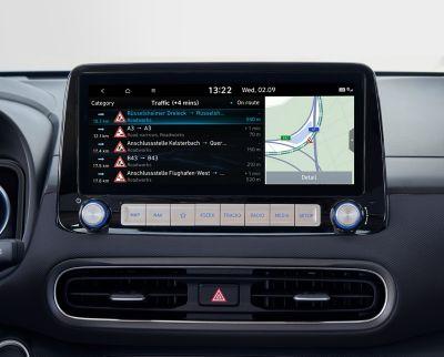 """Immagine dello schermo del sistema di navigazione da 10,25"""" di Nuova Hyundai Kona Electric che mostra informazioni sul traffico in tempo reale."""