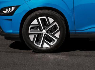 Nowy kompaktowy SUV Hyundai Kona Electric z nowymi 17-calowymi felgami aluminiowymi pokazany z boku