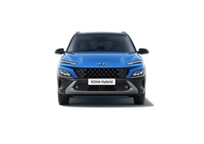 Vista frontale di Nuova Hyundai KONA Hybrid in Surfy Blue mentre guida lungo una strada di campagna.