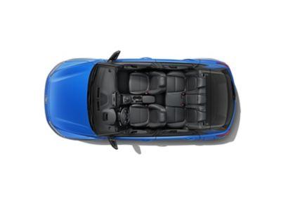 Vista panoramica del SUV compatto Nuova Hyundai KONA Hybrid con il suo ampio spazio.
