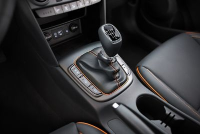 Photo showing the 6-speed manual transmission