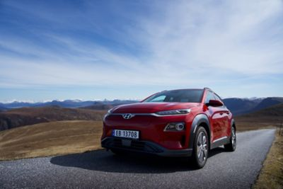 Kone Electric kjører på en fjellvei. Foto.