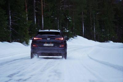 Hyundai Kona på vintervei. Foto.