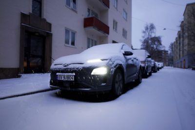 Kona Electric parkert om vinteren med masse snø. Foto.