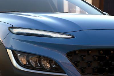 Immagine frontale del SUV compatto Nuova Hyundai KONA Hybrid con la nuova parte anteriore e i fari a LED.