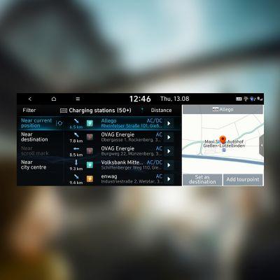 Skjermdump av liste over ladestasjoner på navigasjonssystemet i en Hyundai. Illustrasjon.