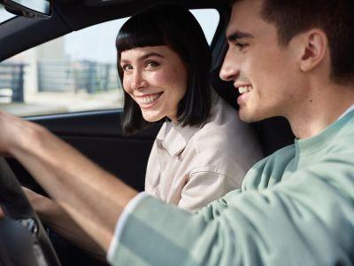 Una pareja joven, disfrutando de su viaje en el nuevo Hyundai i30 N.