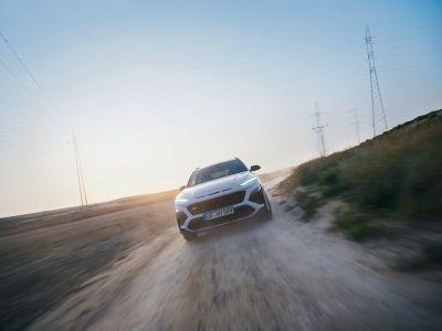 Nový Hyundai KONA N v barevném provedení Sonic Blue na štěrkové silnici.