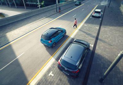 Hyundai i10 Nowej Generacji jadący po ulicy, widok z góry