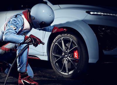 Mechanik kontrolující pneumatiky Pirelli P Zero u nového vozu Hyundai KONA N.
