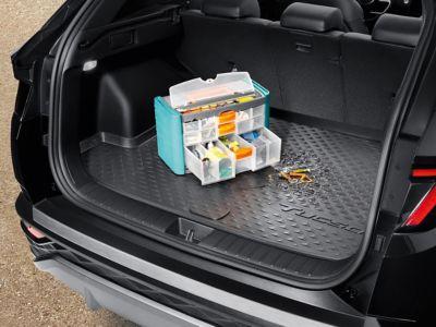 Rybářské náčiní v kufru vozu s ochranou zavazadlového prostoru.