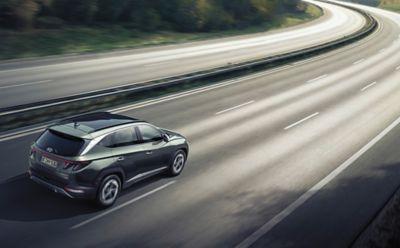 Nowy Hyundai Tucson Hybrid poruszający się po drodze.