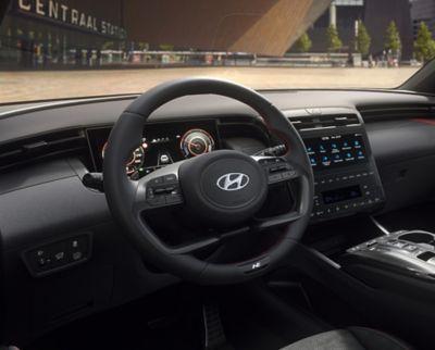 Vue rapprochée du volant en cuir de Hyundai TUCSON Hybrid N Line Nouvelle Génération.