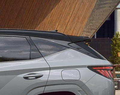 Vue détaillée des vitres latérales et du montant C de Hyundai TUCSON Hybrid N Line Nouvelle Génération.