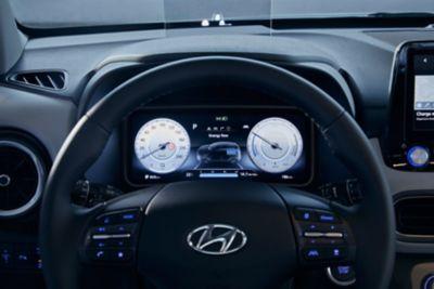 Kierownica i nowy, w pełni cyfrowy zestaw wskaźników w nowym kompaktowym SUV-ie Hyundai Kona Electric.