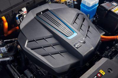 De batterij-elektrische motor van de Hyundai KONA Electric met open motorkap.