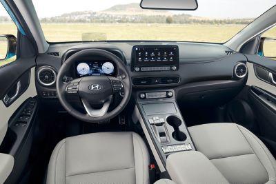 Nowoczesny kokpit z dwoma wyświetlaczami cyfrowymi. we wnętrzu kompaktowego SUV-a Hyundai Kona Electric.